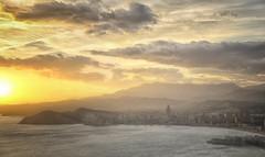(043/19) de vuelta (Pablo Arias) Tags: pabloarias photoshop ps capturendx españa photomatix nubes cielo arquitectura montaña puestadesol agua mar mediterráneo paisaje ciudad benidorm alicante