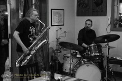 Free Improvisation at Le Petit Zinc [50D-1890GS] (Juan N Only Music Photos) Tags: music jazz freejazz boxdeserter bohemianhomeinexile cafe lepetitzinc detroit michigan grayscale blackwhite monochrome improvisation saxophone baritonesaxophone drums avantgarde creative experimental may 2010 juannonly blackandwhite musicians