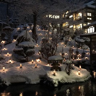 雪見ろうそく開始と同時に雪が降ってきた会津若松。木の枝が真っ白でキレイな雪見ろうそく。 #travel #landscape #japan #instagramjapan #garden #photography #garden #旅行 #向瀧 #旅館 #ryokan #aizu #mukaitaki #温泉 #日本 #会津 #東山温泉 #雪見 #雪見ろうそく #イルミネーション #illumination