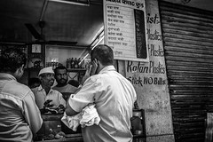 Mumbai (LXXVIII) (manuela.martin) Tags: schwarzundweis streetphotography bw blackandwhite mumbai india people peoplephotography foreignpeople hipshots leicammonochrom leica leicamonochrom leicam