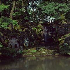Cosy corners (lebre.jaime) Tags: japan kanazawa kenrokuen garden 日本 金沢市 兼六園 hasselblad 503cx planar cf2880 kodak kodachrome iso64 film120 positive mf mediumformat pond epson v600 affinity affinityphoto pkr