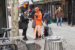 La conversation en orange... Instants de cinéma parisien #28 (Paolo Pizzimenti) Tags: orange conversation beaubourg fille fillette art orsay musée paolo paris olympus omdem1mkii 17mm 45mm f18 film pellicule argentique doisneau instans 25mm