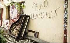 194- UN PIANO PARA EL PUEBLO- UZUPIS - VILNIUS - LITUANIA  - (--MARCO POLO--) Tags: música curiosidades ciudades paises rincones barrios