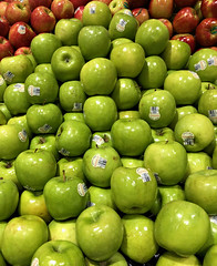 2019 Sydney: Granny Smith Apples (dominotic) Tags: 2019 food fruit grannysmithapple iphone8 foodphotography shopdisplay green apple yᑌᗰᗰy sydney australia