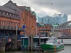 Speicherstadt und ElPhi (Hamburg PORTography) Tags: speicherstadt warehouse district elphi elbe philharmonic concert hall elbphilharmonie hamburg harbour port hafen fuji fujifilm xe1 minolta md zoom rokkor 50135 135 novoflex adapter weltkulturerbe kulturerbe backstein brick worldculturalheritage culturalheritage againstautotagging