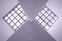 Der Blick nach oben..... (petra.foto busy busy busy) Tags: architektur symmetrie linien fenster licht gebäude fotopetra canon