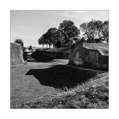 Principe de conservation de la masse. (Scubaba) Tags: europe france pasdecalais noirblanc noiretblanc blackwhite bw monochrome carré square ombre shadow