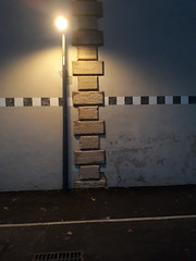 20190301_184258_R (Benoit Vellieux) Tags: lyon france 7èmearrondissement 7thdistrict avenuedebourg mur peint painted wall bemalte mauer frise fries frieze pierre stone stein lampadaire strasenlampe streetlight réverbère lamppost strasenlaterne strasenleuchte
