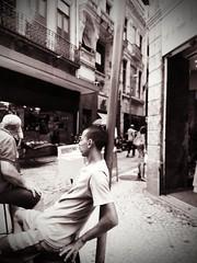 sem pressa (lucia yunes) Tags: rua cenaderua fotografiaderua fotoderua calçada espera descanso streetshot streetscene streetstyle streetlife lifeinstreet lifestreet mobilephoto mobilephotography luciayunes motoz3play preguiça