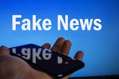 Fake_News-auf-Bildschirm-und-Handy (Christoph Scholz) Tags: fake news fakenews fälschung falschmeldung hetze rechte internet gruppen chat manipulation täuschung soziale medien trump donald