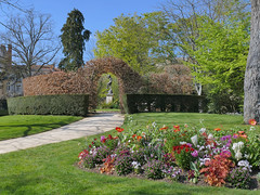 Happy faun… (Jean-Charles Clavé) Tags: parcdeblossac garden englishgarden park flowers bedflowers gardenpath faun vegetal arch
