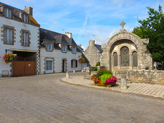 Loctudy. Monument aux morts. Memorial (Traveling with Simone) Tags: bretagne brittany finistère monument monumentauxmorts memorial wwi wwii france town village street houses road rue maisons fleurs flowers soldiers soldats