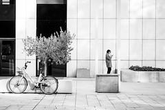 (fernando_gm) Tags: 35mm fujifilm madrid street xt1 monochrome monocromo monocromatico blackandwhite bw blancoynegro mujer woman calle callejera city ciudad fuji f14 bike bicicleta bici bicycle airelibre human humano