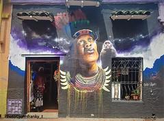 En las calles de Bogota Colombia.On the streets of Bogota Colombia-Per le strade di Bogotà Colombia (johnfranky_t) Tags: murales johnfranky t bogotà colombia indios fumo samsung galaxy s tegole finestra inferiata collana scimmia piume manichino negozio occhi labbra scala