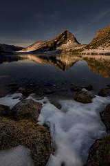 Dias de frio-calido. (Marce Alvarez.) Tags: nikon landscape lagosdecovadonga paisaje picosdeeuropa lagoenol invierno amanecer asturias españa