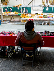 2019-03-02 - Samedi - 61/365 - Vernis - (Luce) (Robert - Photo du jour) Tags: 2019 mars france vendeur marché attente client vernis luce étal homme fontenaysousbois assis