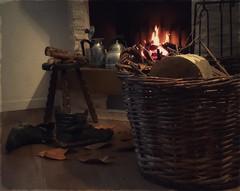 Ci penserò domani (Aellevì) Tags: inverno caldo calore legna foglie disordine cesta bricco camino fuoco pooh