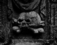 skull (MikeSolfrank) Tags: straubing nacht night black düster friedhof cemetery ruhe death live tod leben kreuz kruzefix stpeter old alt stimmung art
