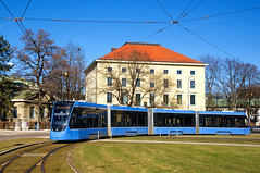 Erstmals wurde am vergangenen Sonntag einer der neuen T4-Avenios auf der Linie 21 eingesetzt: Vierteiler 2502 auf Umleitungsfahrt am Karolinenplatz (Frederik Buchleitner) Tags: 2502 avenio karolinenplatz linie21 munich münchen siemens strasenbahn streetcar twagen t4 tram trambahn