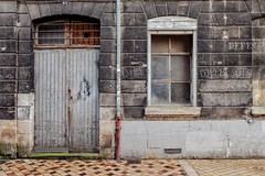 Le squelette (Isa-belle33) Tags: architecture urban urbain city ville wall mur nasti door porte window fenêtre old ancien fujifilm bordeaux street streetphotography streetart streetartbordeaux