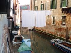 Barrio Judio de Venecia. (EduOrtÍn.) Tags: ropa barca agua edificio venecia italia