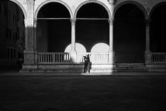 (Roberto Spagnoli) Tags: couple love hug fotografiadistrada streetphotography biancoenero blackandwhite bw fujix100t verona italy arch lightsandshadows people kiss amore geometries square piazza
