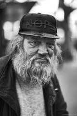 (Sven Evertz) Tags: mann oldguy köln cologne obdachlos homeless altermann bart beard kappe mütze cap streetfotografie monochrom schwarzweiss blackwhite sonya7iii sonyfe5518