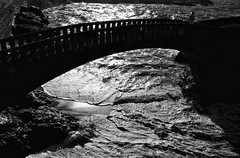 Le pont (Docaron) Tags: biarritz france noiretblanc blackandwhite nb bw monochrome pont mer dominiquecaron vague bridge backlighting contrejour