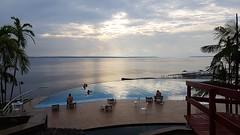 Rio Negro - Sunset (sileneandrade10) Tags: sileneandrade rionegro manaus samsungsmg930f samsung s7 viagem turismo passeio hotel tropicalexecutivo windhangarden amazônia amazonas rio azul céu água reflexo pôrdosol piscina