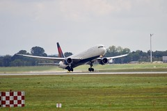 Delta Air Lines (Selfmade//MJ.V) Tags: flugzeug jet airplane aircraft airport munich münchen muc sky canon 600d delta air lines