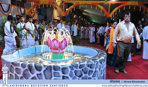 Sadguru Shree Aniruddha performing the Pradakshina of Pushkarni Teertha at Shree Shwasam | 'श्रीश्वासम्' मधील पुष्करिणी तीर्थाची प्रदक्षिणा करताना सद्गुरु श्रीअनिरुद्ध बापू