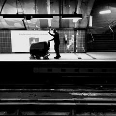 Se saluer entre collègues... (woltarise) Tags: streetwise iphone7 montréal station métro outremont nettoyage entretien employé