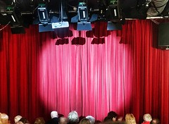 expectation (Peter Schüler) Tags: expectation erwartung red curtain vorhang theater theatre flickr peterpe1