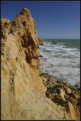 Algarve Giant (LilFr38) Tags: lilfr38 fujifilmxpro2 fujifilmfujinonxf1024mmf4rlmois algarve portugal praiadarocha beach ocean sand wave cliff rock plage océan sable vague rocher falaise