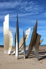 France - Omaha Beach - Les Braves (mda'skaly) Tags: beach normandie france sculpture memoire memory dday ciel sky sable sand plage seaside omahabeach seashore colours couleurs lumière