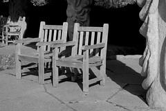 Freie Sitzplätze (Sockenhummel) Tags: britzergarten stühle sessel sitzplätze gartenstühle grünberlin park garten berlin schwarzweis monochrom blackwhite