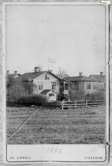 tm_11031 - Fam Lidwall 1890 (Tidaholms Museum) Tags: svartvit positiv byggnad building exteriör exterior garden 1890 family familj bostadshus trädgård