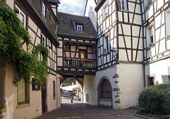 16 2870 - Alsace, Colmar (Jean-Pierre Ossorio) Tags: alsace ville village colmar maison colombages passage