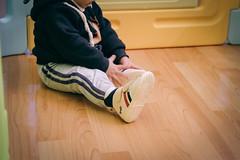 DSCF1013 (Brian HCH) Tags: xt1 fujifilm brianhuang 小黃金 寶寶 寶貝兒子 baby dd golden 鞋子 亞瑟士 asics suku2 first