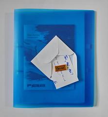 """Don Karlos, Premiere Present by L. / Folder with text used during rehearsals / Programme Book / Premierengeschenk von L. """"Hier darf .... frei und laut ....!"""" auf Mappe mit Text Probenfassungen, Programmheft. Premiere 16.11.2018 (hedbavny) Tags: brief letter hand überreichen bildimbild übergeben umschlag kuvert briefumschlag envelope programmheft programm weis white karte card postkarte billett gratulation glückwunsch schlüssel key schokolade chocolate geschenk present gift gold bronze blau blue schrift handschrift mappe folder hülle schnellhefter transparent verpackung wrapping theater drama zitat quote schiller theatre arbeit work handwerk backstage stillleben stilllife wien vienna austria österreich hedbavny greetingcard mail post mailart"""