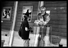 Lei parla e la statua l'ascolta (claudiobertolesi) Tags: 2015 expo2015 milano street magyarorszàg padiglioneungheria blackwhite people sonyilce3000 sony hungary hungaryexpo2015 albertszentgyörgyi