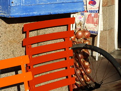 (MAGGY L) Tags: dmcfz200 bretagne roscoff bicycle onions oignons chaises roue
