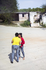 Stopping along the route, the tour guide greets her sister. (Gerald Lau) Tags: holguin cuba 2019 sister tourguide family