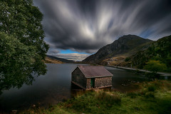 Llyn Ogwen (lfeng1014) Tags: cottage llynogwen boathouse snowdonia snowdonianationalpark northwestwales uk england landscape canon5dmarkiii ef1635mmf28liiusm leefilters bigstopper longexposure 72seconds rottencottage travel lifeng dramaticsky movingcloud