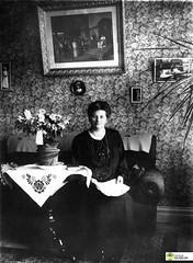 tm_6134 (Tidaholms Museum) Tags: svartvit positiv interiör möbler kvinna porträtt blomvas uppvaktning attendance soffa sofa