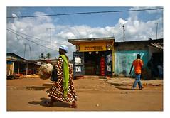 Animation de rue (Marie Hacene) Tags: cotedivoire tiassalé ville rue street afrique femme murs couleurs boutique