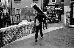 2019-♈-076 (ruggeroranzani_RR) Tags: analog blackandwhite 35mm film fomapan200 fomadonexcel leicam6 carlzeisscbiogon2835zmt people man carrying manatwork venice