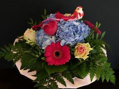 Tag der Verliebten (ingrid eulenfan) Tags: blumen flowers blumenstraus blumengebinde flowerarrangements valentinstag verliebt liebe rosen gerbera hortensie herz vogel