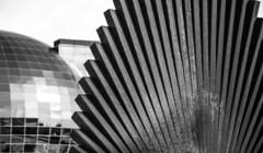 Metal Art (Lea Ruiz Donoso) Tags: blackandwhite edificio building arquitectura architecture bn bw blancoynegro sony geometric lineas lines monochrome monocromático monocromo cityscape paisajeurbano sculpture escultura art arte