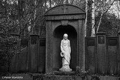 Hamburg Ohlsdorf Friedhof / cemetery (peterkaroblis) Tags: hamburg ohlsdorf friedhof cemetery parkfriedhof parkcemetery grab grave park germany statue woman blackandwhite schwarzweiss